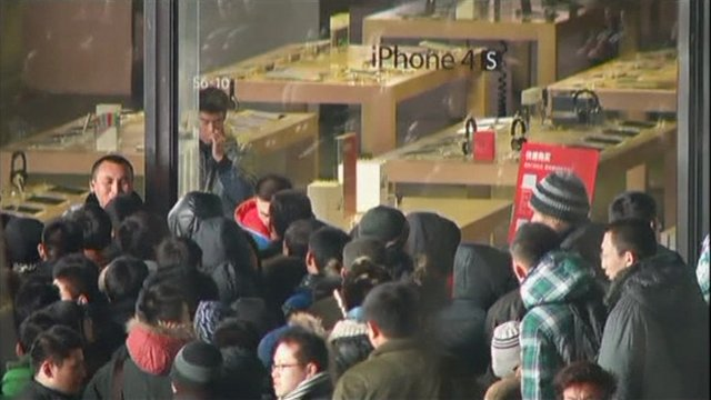 China: Angry Shoppers Pelt Apple Store with Eggs