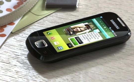 Samsung signals smartphone strength